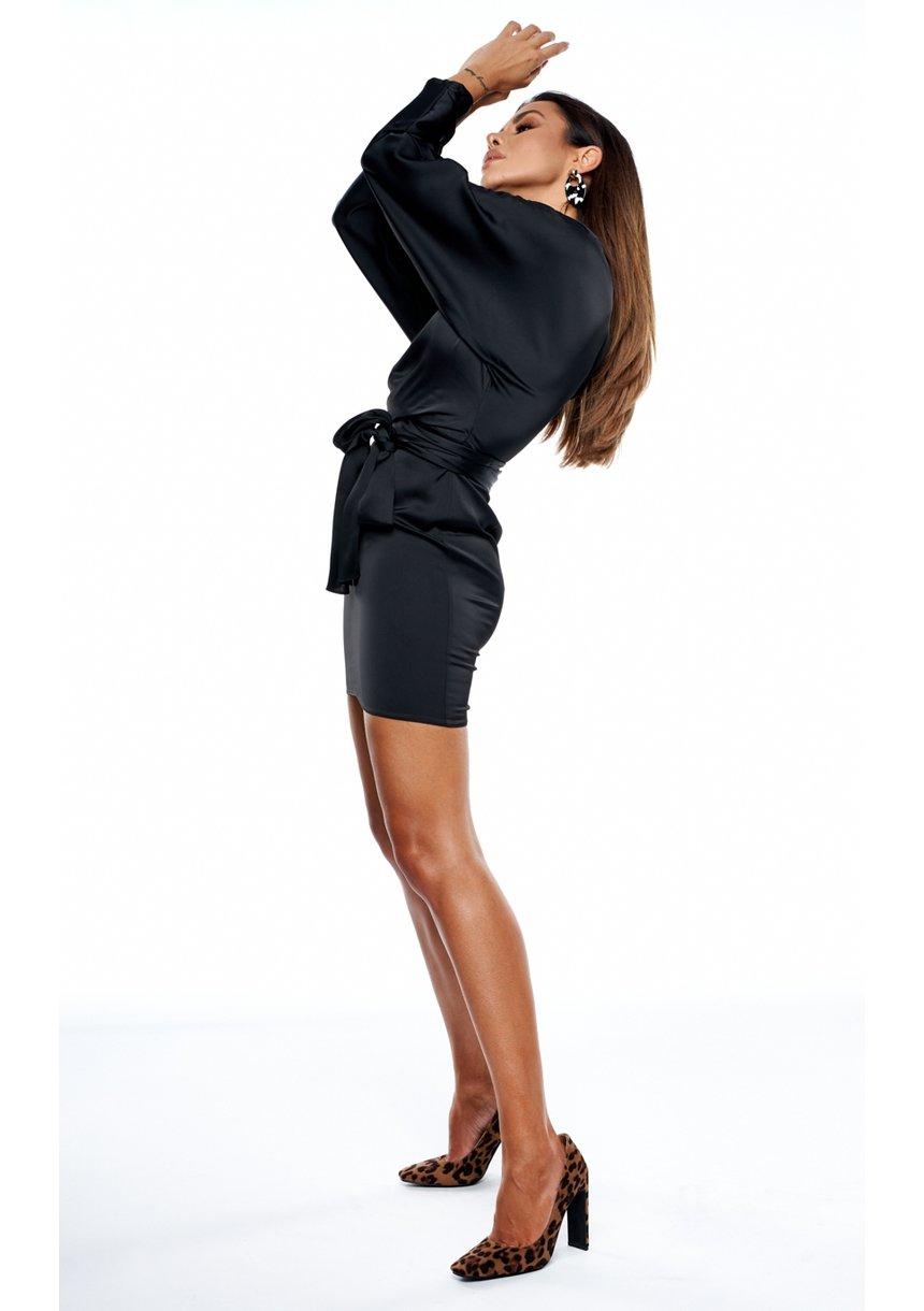 Czarna sukienka mini z satyny z efektownym wiązaniem
