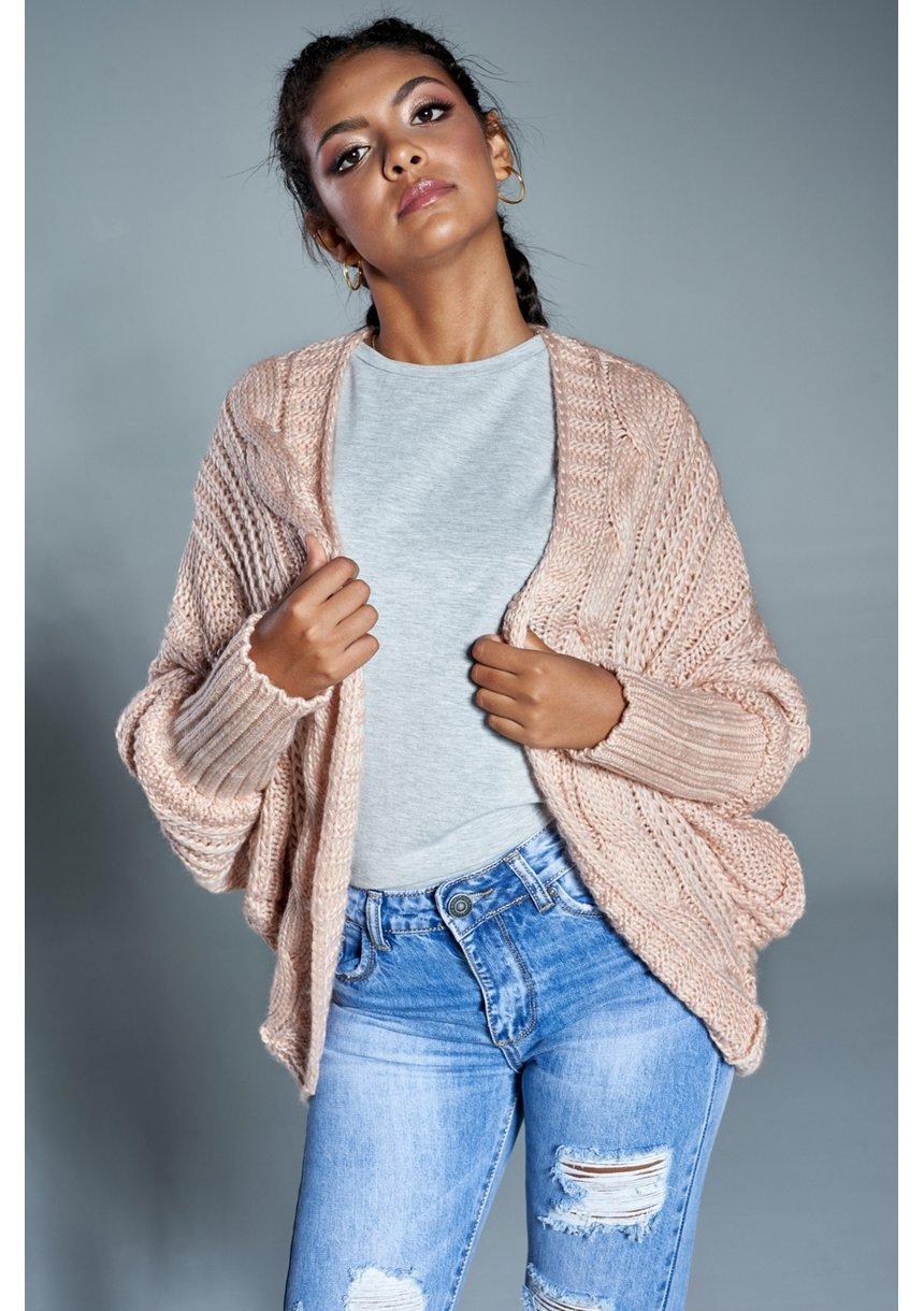 Sweter narzutka z warkoczem A15 Pudrowy ILM