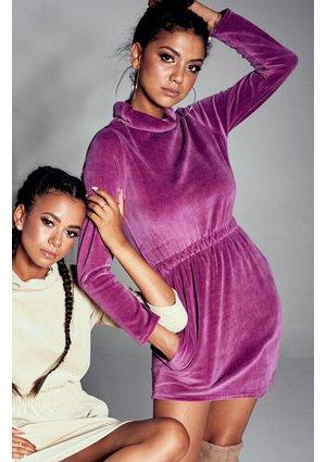 Welurowa sukienka z golfem Fioletowa ILM