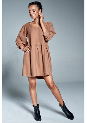 Jesienna sukienka z marszczonym rękawem Beżowa