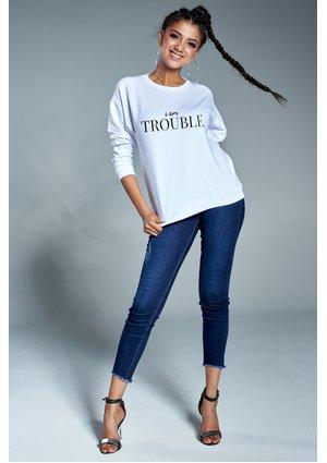 """Bawełniana bluza """"Im Trouble"""" biała ILM"""