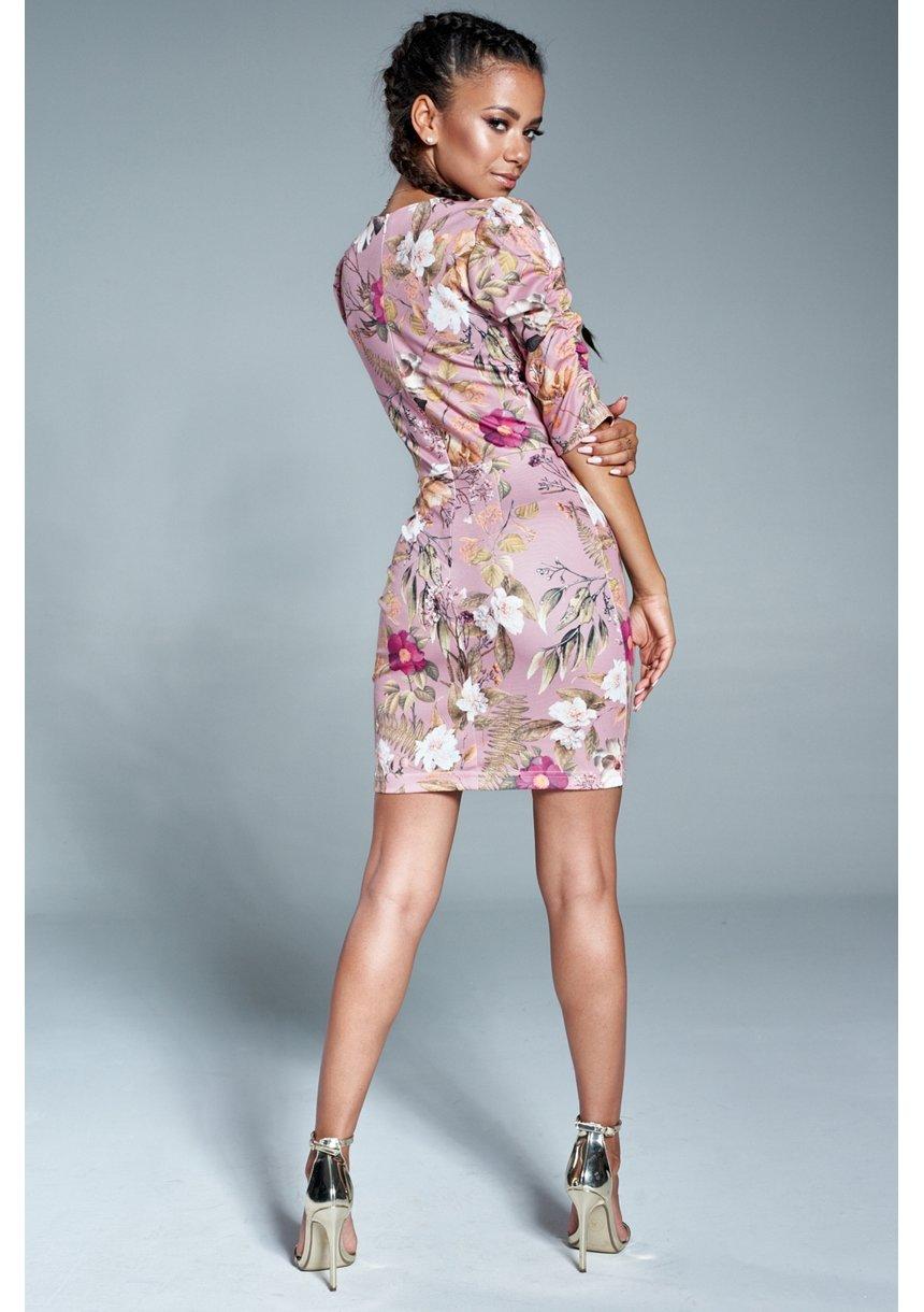 Pudrowa sukienka w kwiaty z bufką