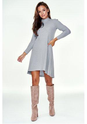 Trapezowa sukienka swetrowa Szara