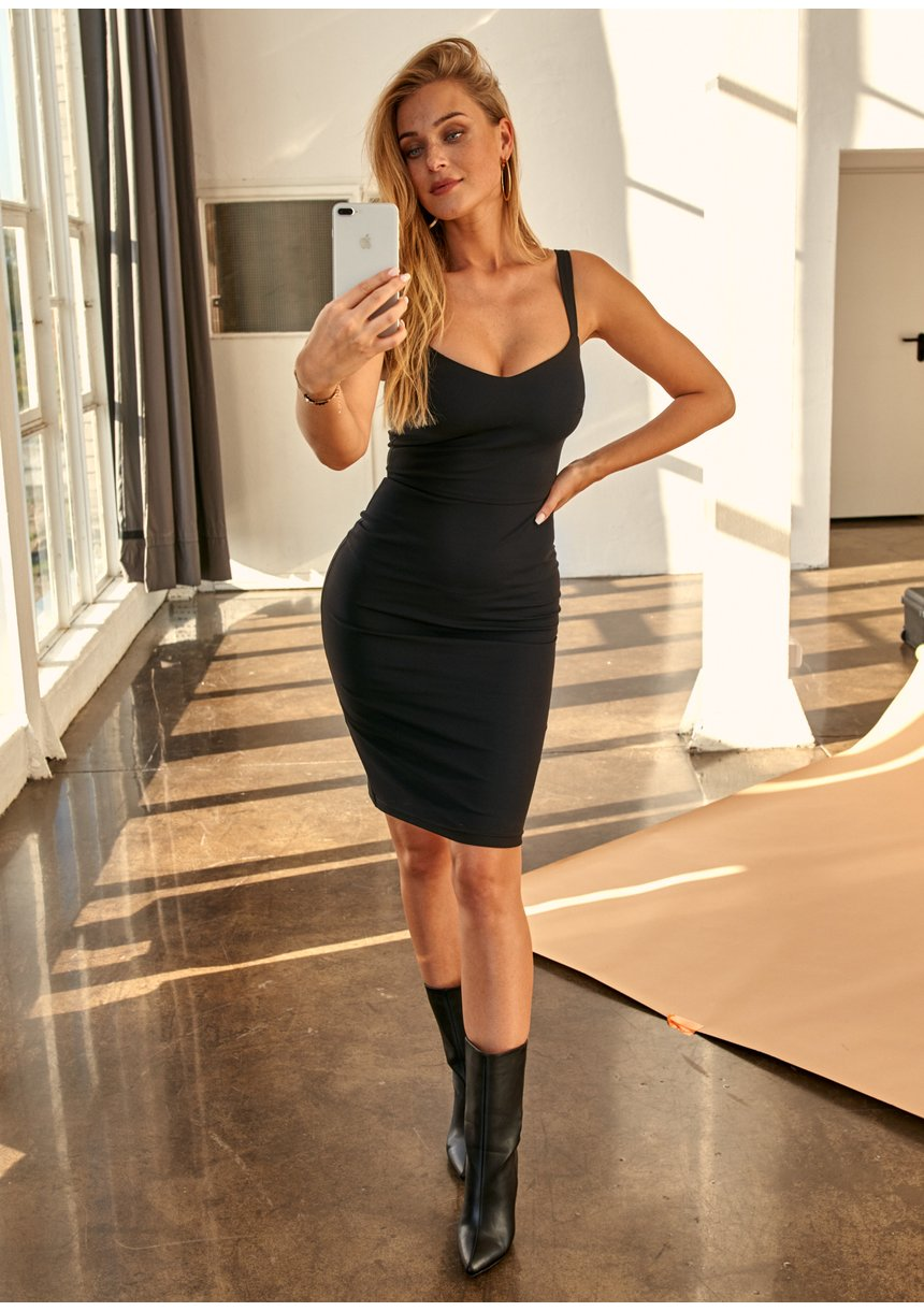 Dopasowana sukienka o średniej długości Czarna