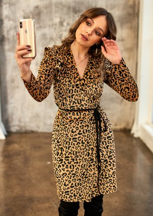 Kopertowa sukienka z weluru Leopard