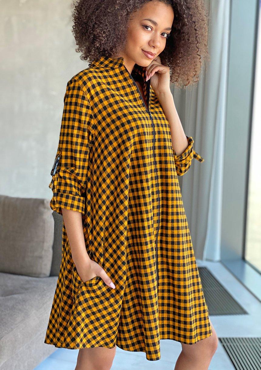 Sukienka o koszulowym kroju z klamrami Musztardowa