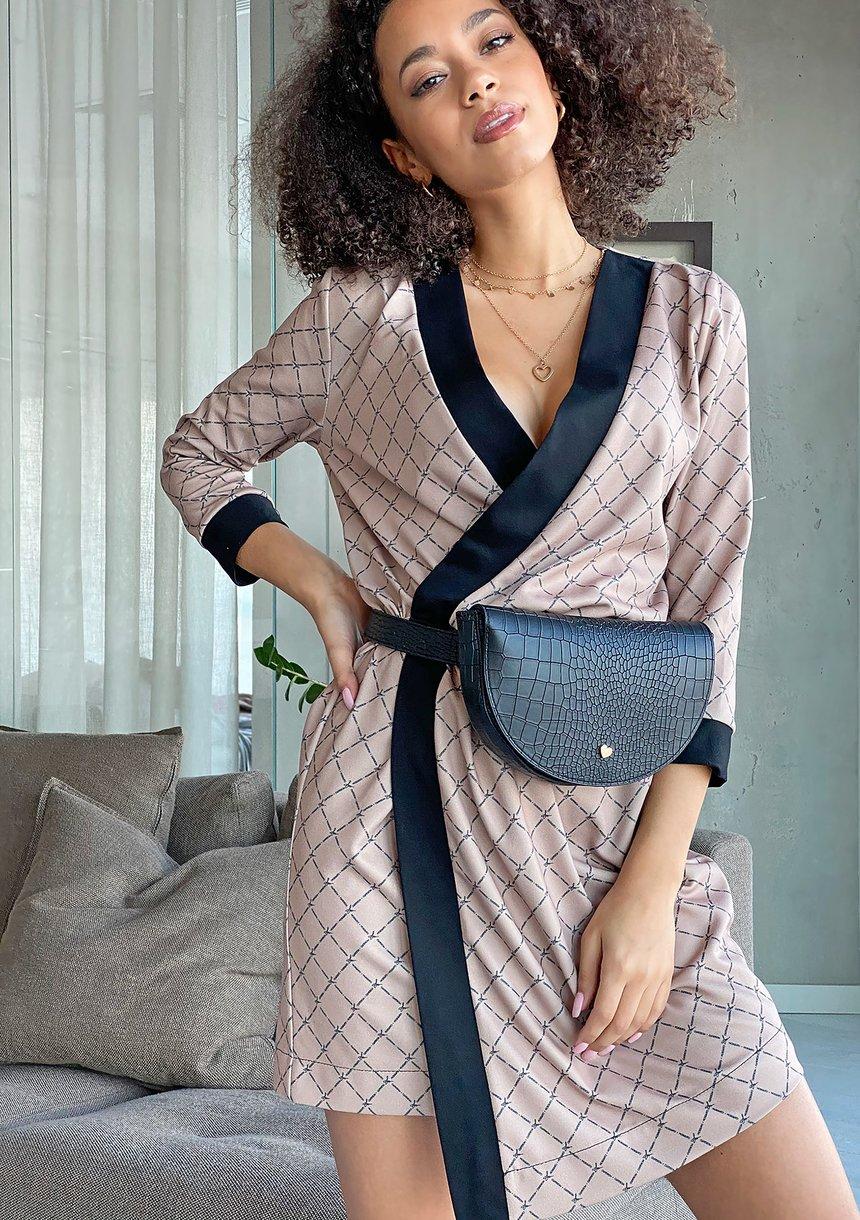 Kopertowa sukienka z asymetrią Logo print Beżowa
