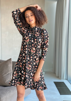 Trapezowa sukienka z półgolfem w kwiatki