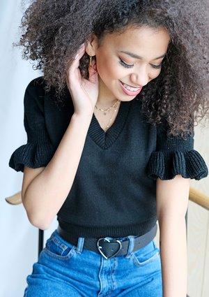 Krótki bawełniany sweter z falbanką A99 Czarny ILM