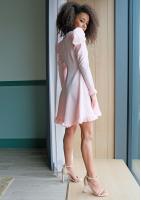 Pudrowa sukienka o trapezowym kroju