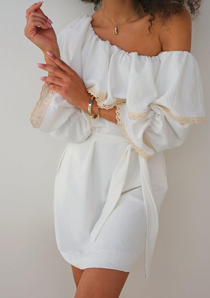 Sukienka z asymetrycznym dekoltem i koronką ecrue
