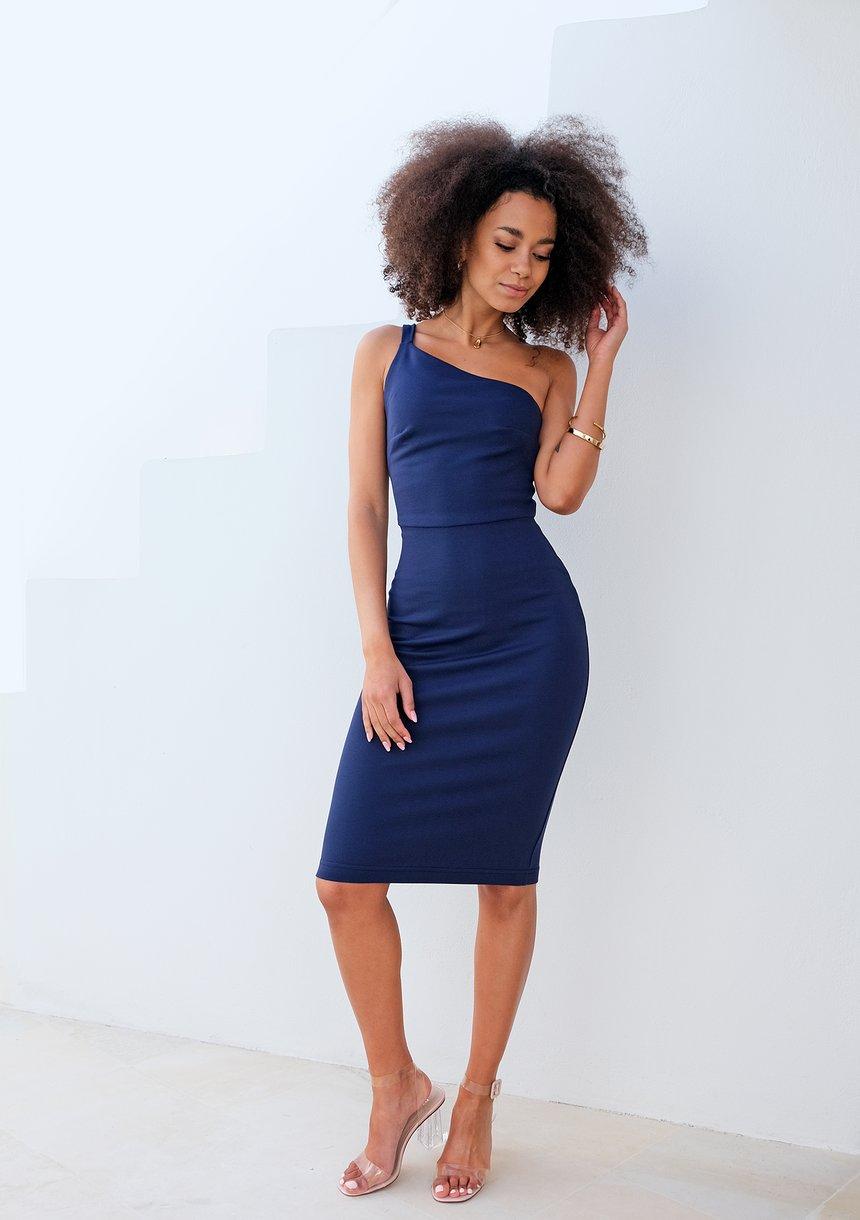 Dopasowana sukienka z asymetrią na jedno ramię Granatowa