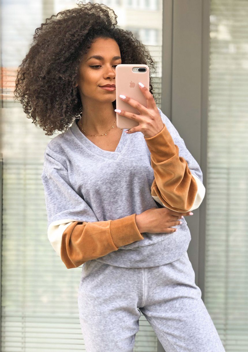 Welurowa bluza z łączonych kolorów Szara ILM