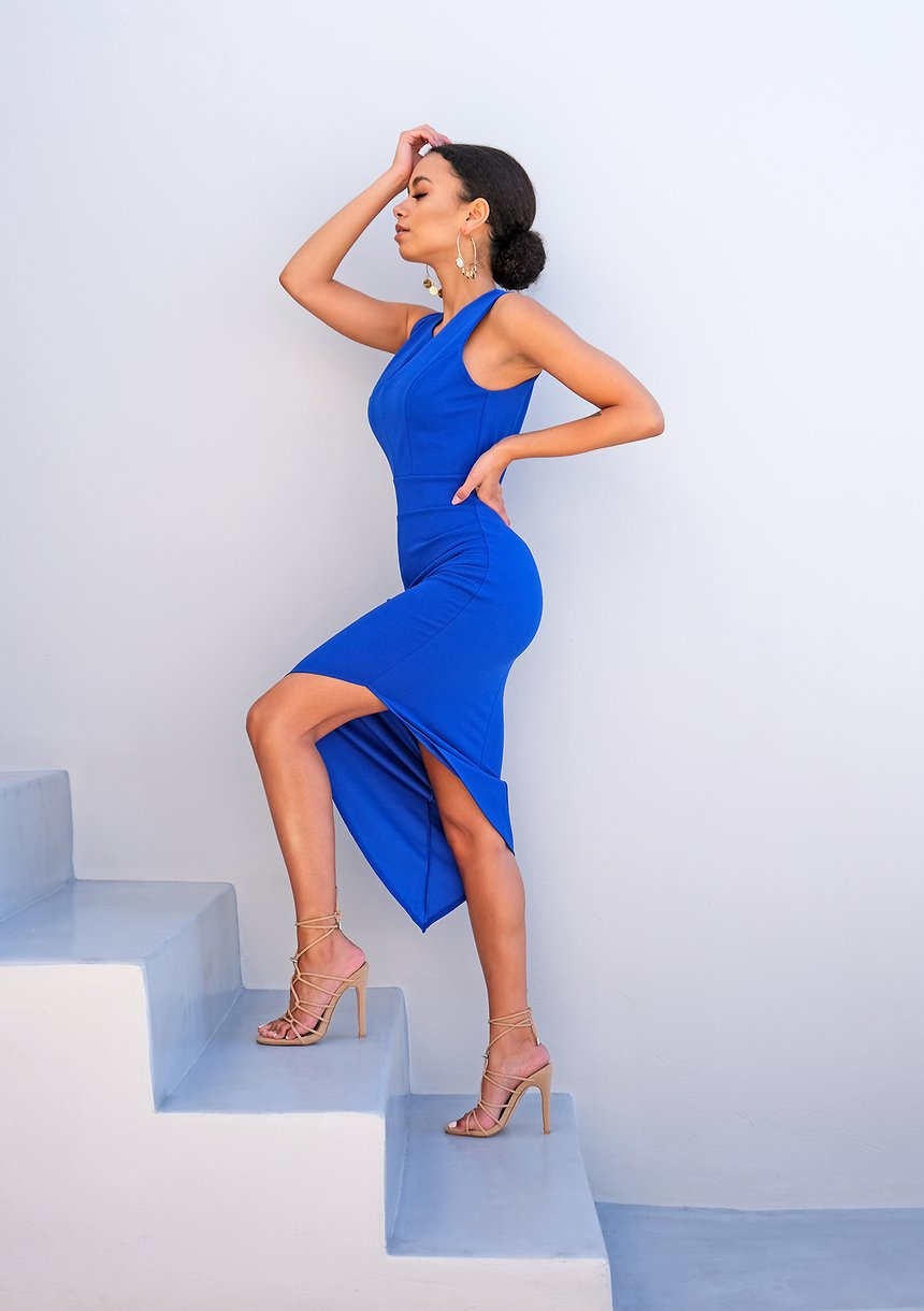 Kobaltowa sukienka z asymetrią