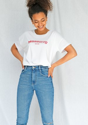"T-shirt basic "" Red Mosquito"" Biały ILM"