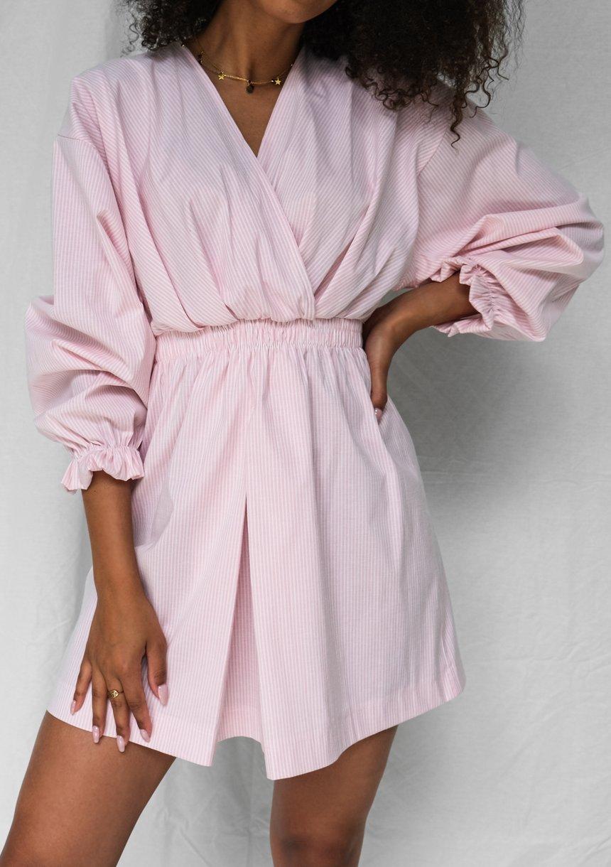 Kopertowa sukienka z popeliny w paski pudrowa