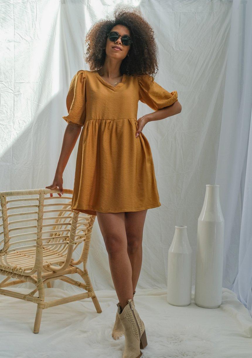 Sukienka z kreskowanej tkaniny Musztardowa
