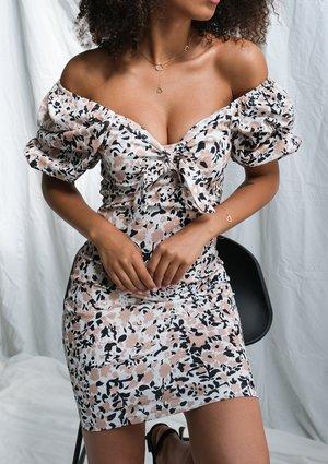Sukienka z dekoltem caro Beige flower print