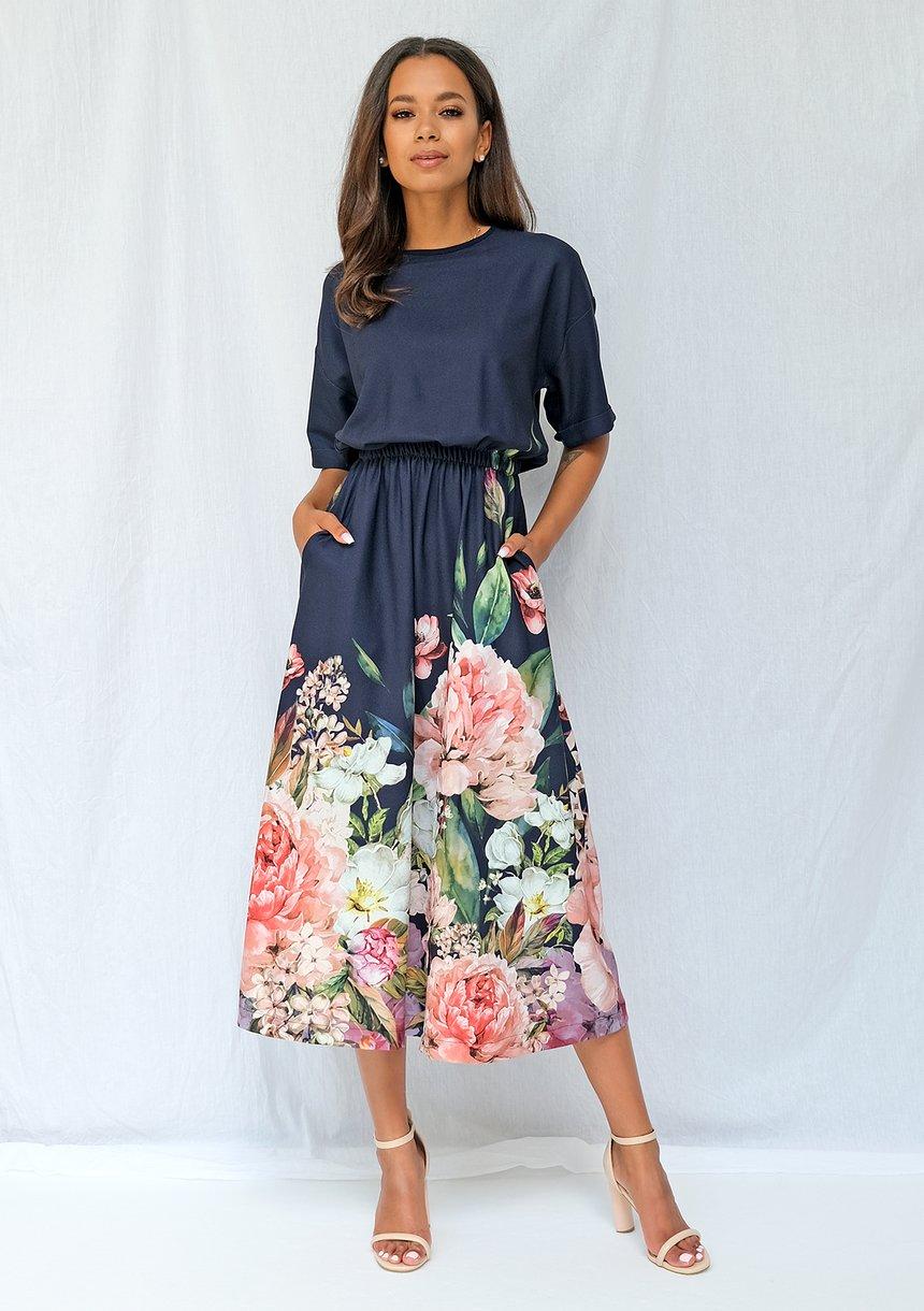 Sukienka midi z kwiatowym borderem granatowa