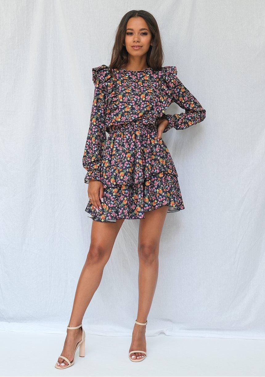 Sukienka w łączkę z falbankami