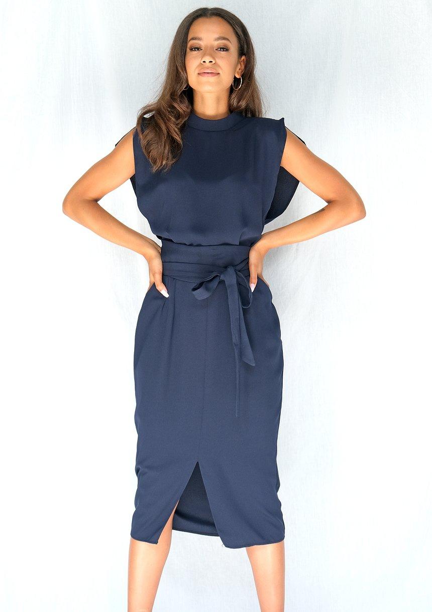 Sukienka z paskiem podkreślającym talię granatowa
