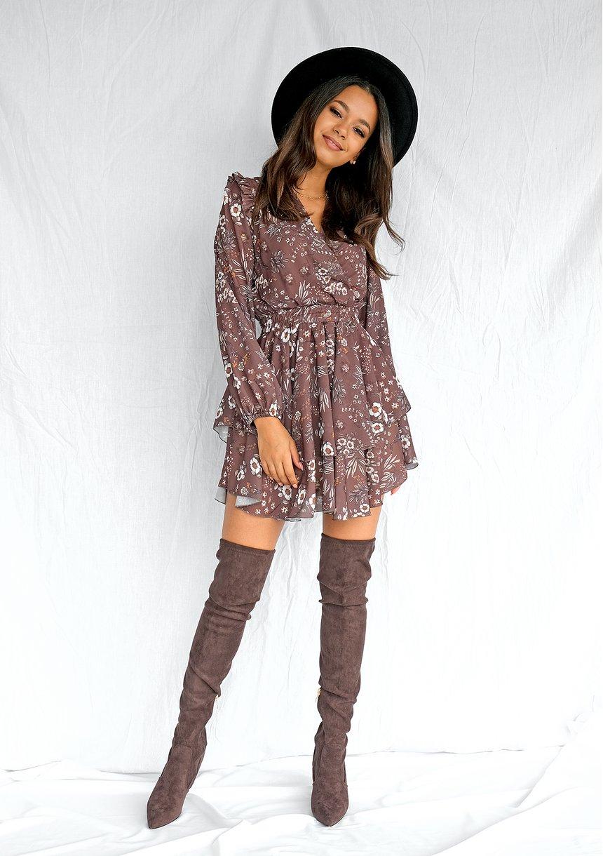Kopertowa sukienka z szyfonu w łączkę Brązowa