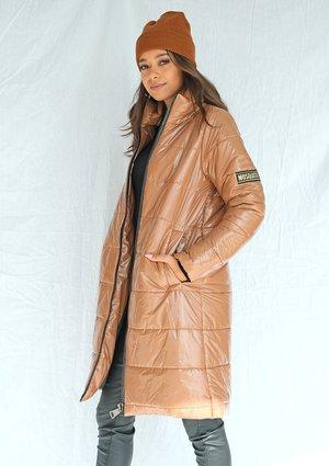Pikowany płaszcz na stójce karmelowy