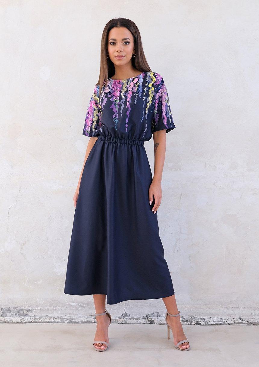 Granatowa sukienka midi z kwiatowym motywem