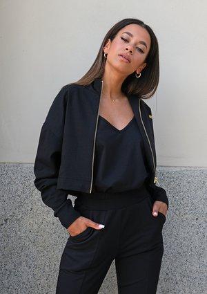 Short black sweatshirt with a zipper closure