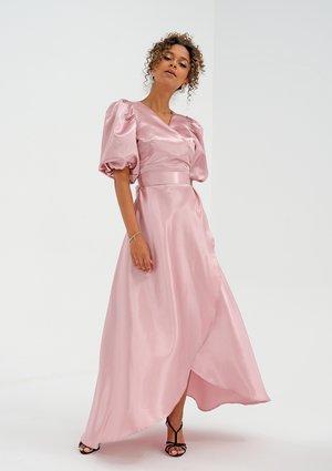 Sukienka z satyny z bufkami Pudrowa