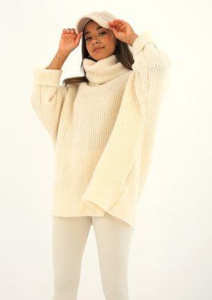 Sweter z golfem oversize A007 Kremowy ILM