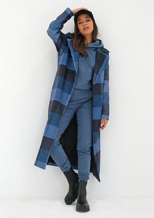 Płaszcz z flauszu w kratę Niebieski