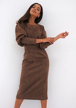 Sukienka za kolano z imitacji zamszu Brązowa