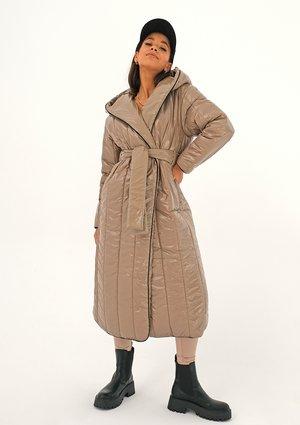 Pikowany płaszcz wiązany w talii Latte ILM